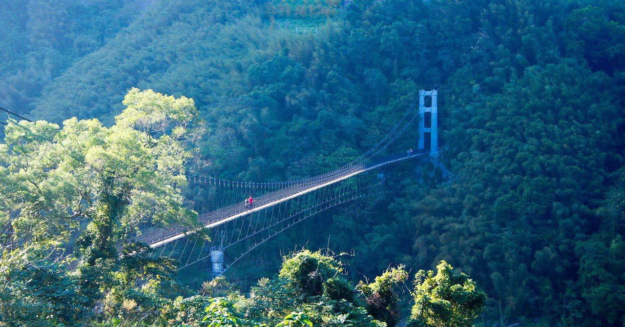 桃市府觀旅局欲招商打造天空滑道,其中一段300公尺滑道路線規畫在義興吊橋一旁,民...