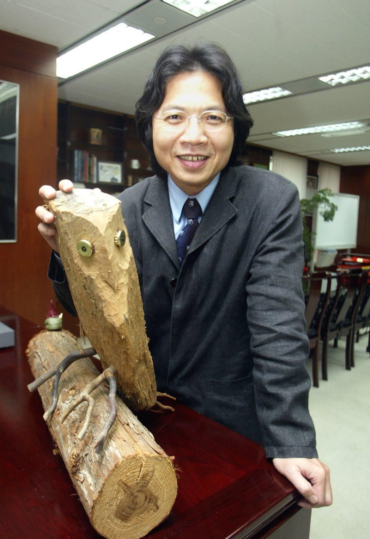 葉俊榮喜歡自己動手做家具,辦公室裡也擺滿自己的雕刻作品,這隻貓頭鷹就是他用漂流木...