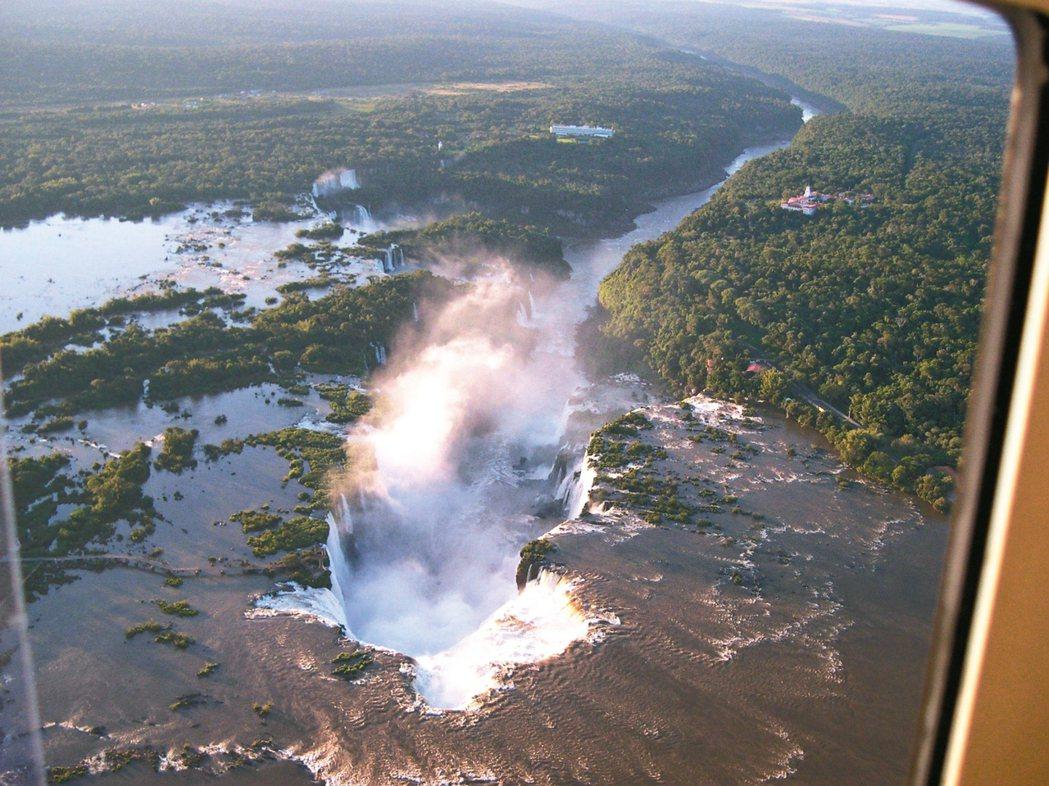 在南美之旅中,格林特別安排旅客搭乘直升機,鳥瞰伊瓜蘇瀑布。 圖/格林旅遊