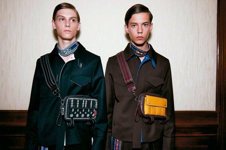 Valentino延續彩色民族風圖騰設計,打造出寬版領飾。 圖/各業者提供