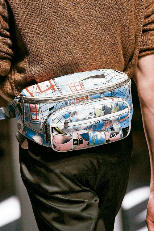 Prada用漫畫印花妝點腰包,方正外型配分層設計滿足整齊收納需求。 圖/各業者提...