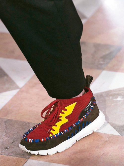 在側邊鞋面繡有Valentino Garavani字樣的鞋款,強調品牌DNA。 ...