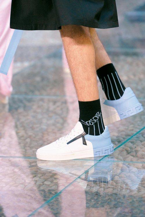 Versace採用雙色設計,鞋底配有品牌的圖騰,搭上拉鍊增添街頭風。 圖/各業者...