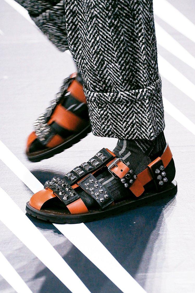 Prada用鉚釘點綴涼鞋,體現動漫主題中的科幻氛圍。 圖/各業者提供