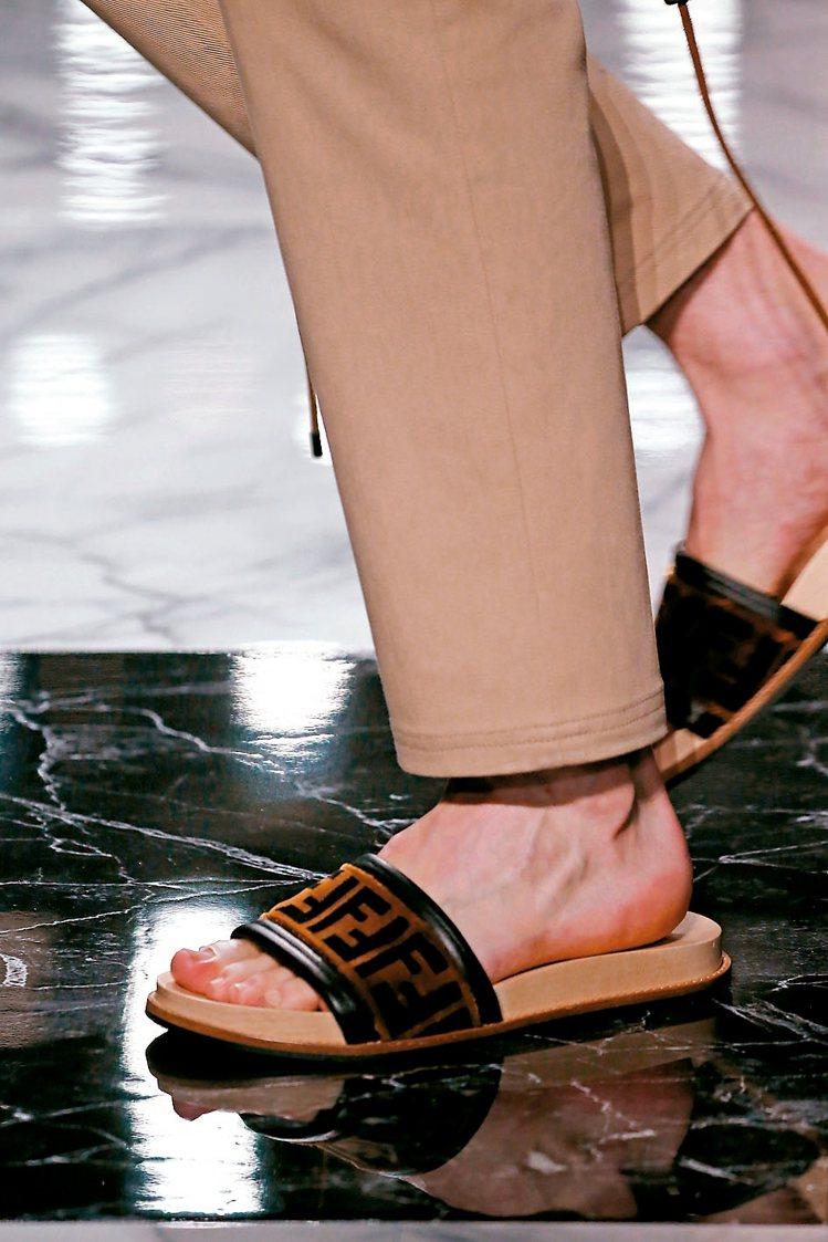 印著「F」logo的寬版拖鞋搭配西裝,更是完美呼應本次男裝系列。 圖/各業者提供