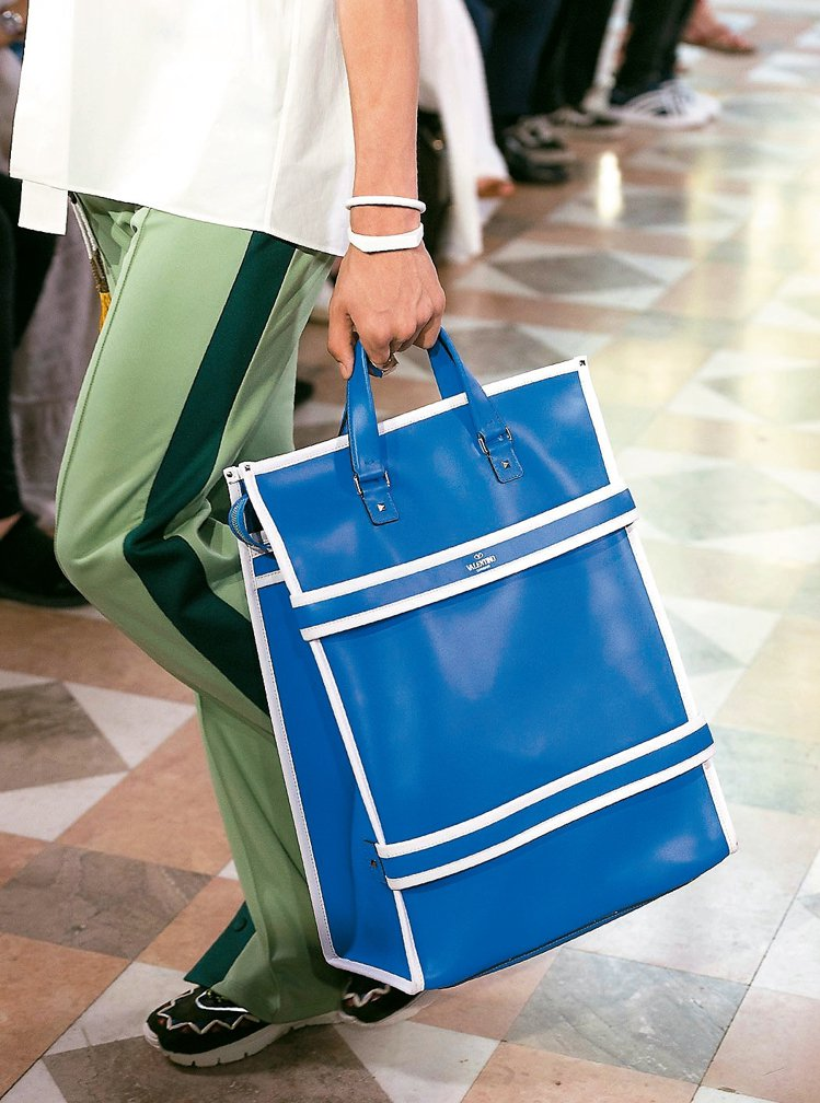Valentino以類似描繪球場邊線的設計來設計休閒提袋。 圖/各業者提供