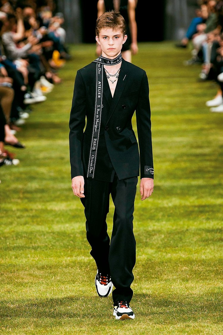 Dior Homme主打緞帶圍巾,其中一款更印有「馬里尼昂街3號(3, RUE ...