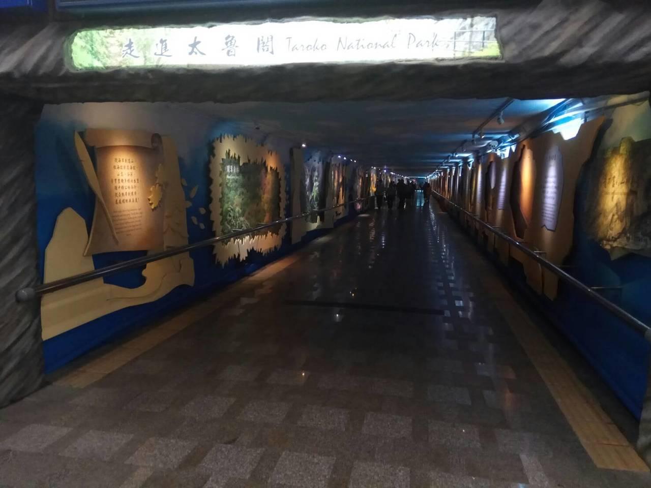 花蓮車站第3月台至後站大廳間的地下道,展示太魯閣國家公園的人文景緻風貌。聯合報記...
