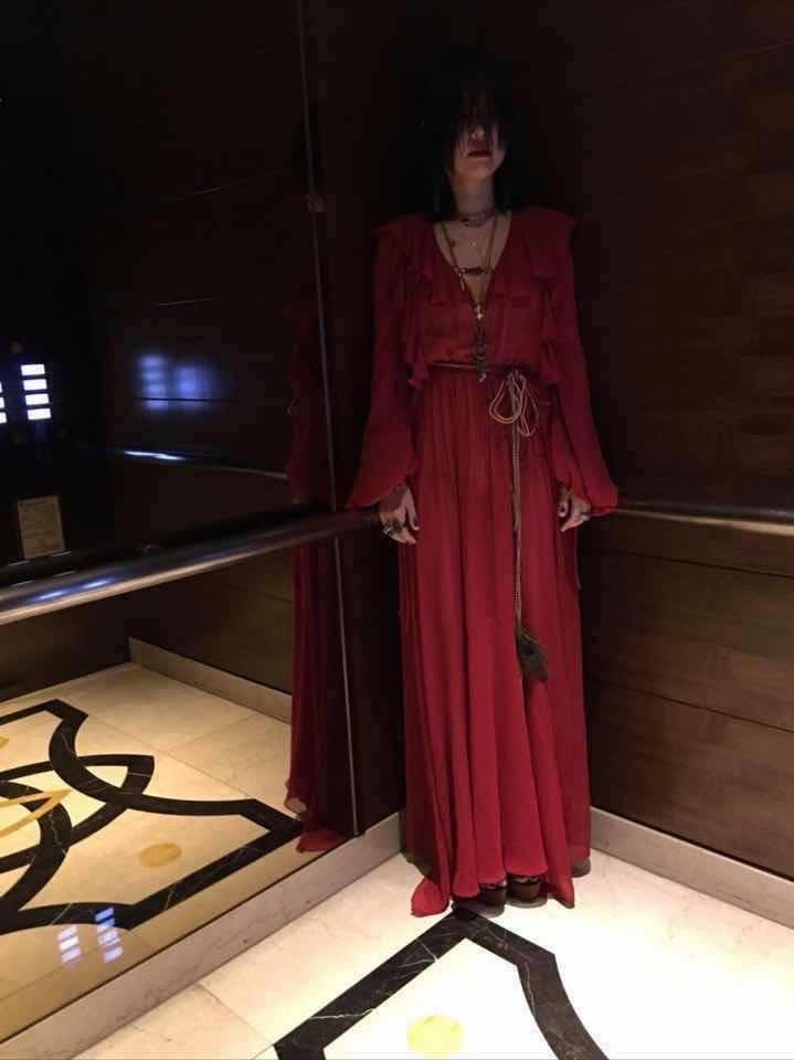 小S在電梯裡扮成女鬼模樣驚人! 圖/擷自小S臉書