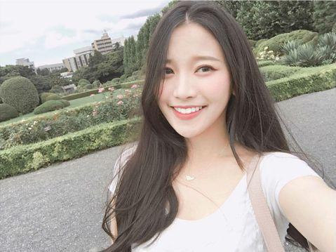 蔡瑞雪近來參加韓國的選秀節目「偶像學校」,不幸最後遭到淘汰。她退出節目後,還與家人一起到日本遊玩,在IG分享全家福照片,讓大家驚訝一家人的高顏值,最近她分享了自己嬰兒時期的舊照,網友都大讚「好可愛!...