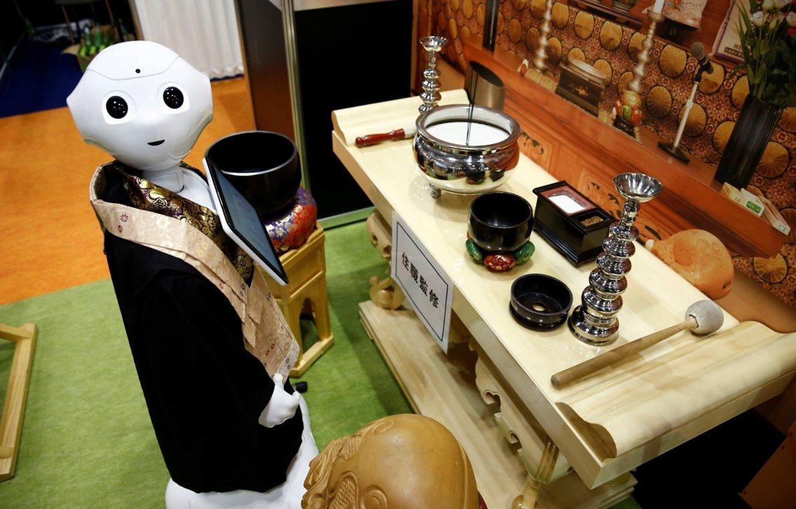 這台身著袈裟的「超渡法師機器人」,令人看來十分面善,但它其實是由Softbank...
