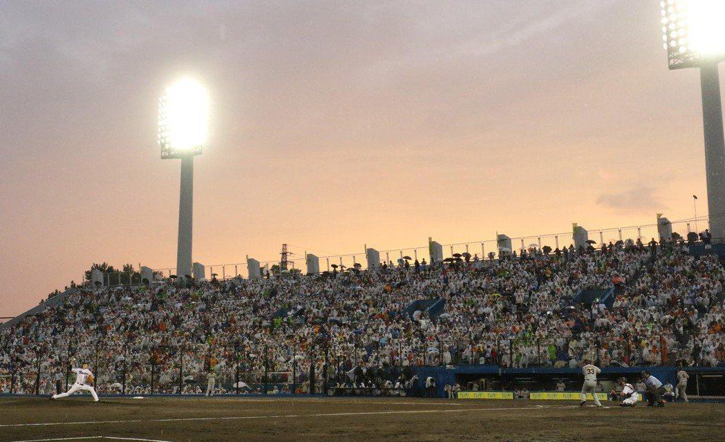 靜岡一年一度的地方試合,滿場觀眾穿雨衣迎來日本職棒賽事。 圖/產經新聞獨家授權