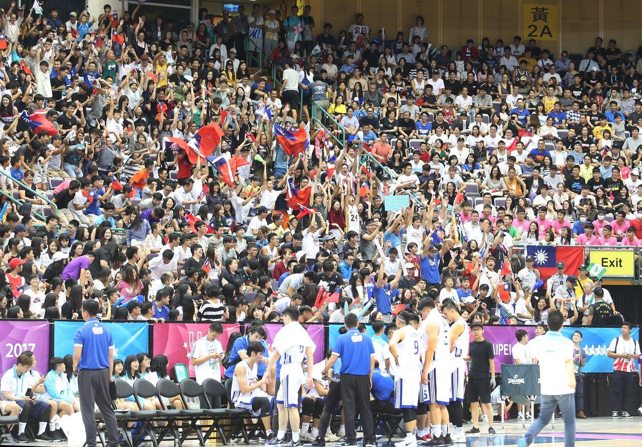 世大運男籃比賽晚上在台北小巨蛋舉行,中華台北與韓國進行激戰,國人在場邊熱情加油。...