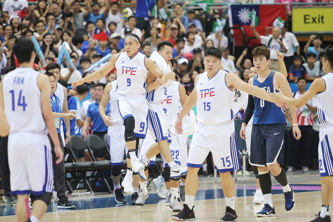 世大運男籃比賽晚上在台北小巨蛋舉行,中華台北與韓國進行激戰,第二節結束球員們相互...