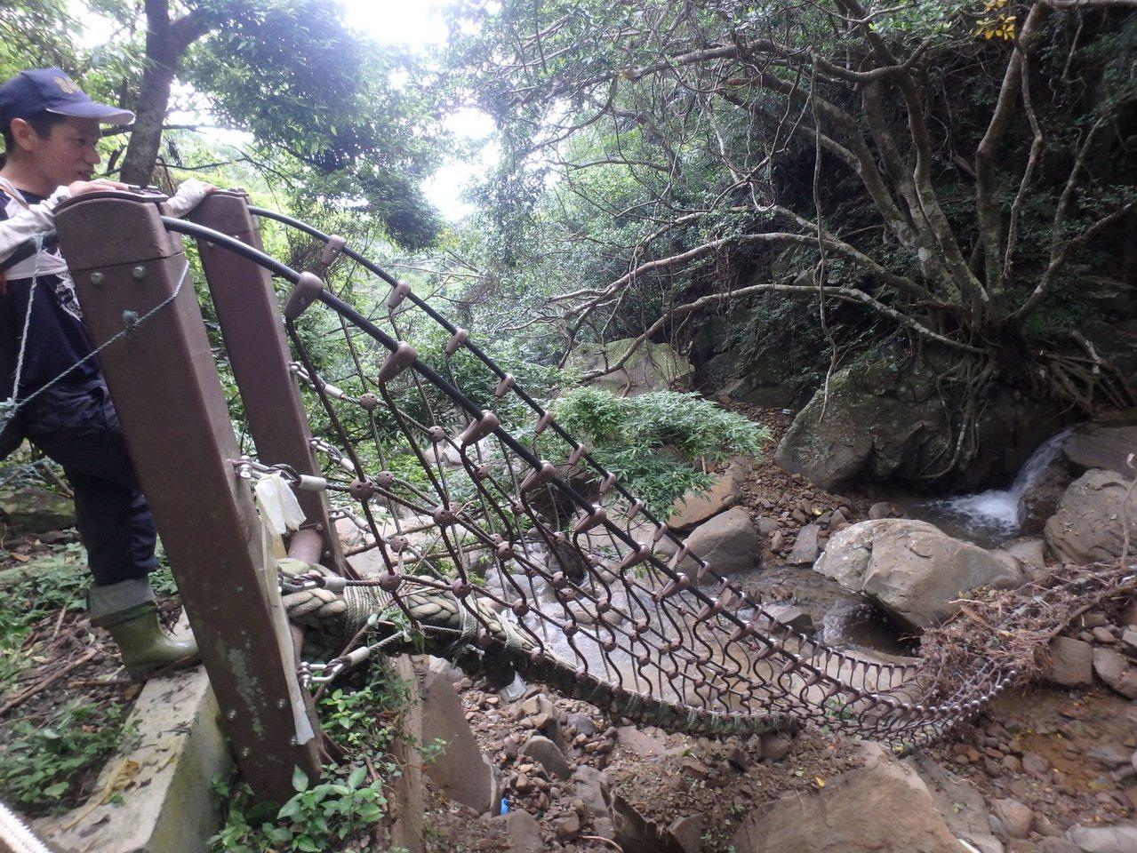 屏東里龍山森林步道的吊橋被沖斷。記者潘欣中/翻攝