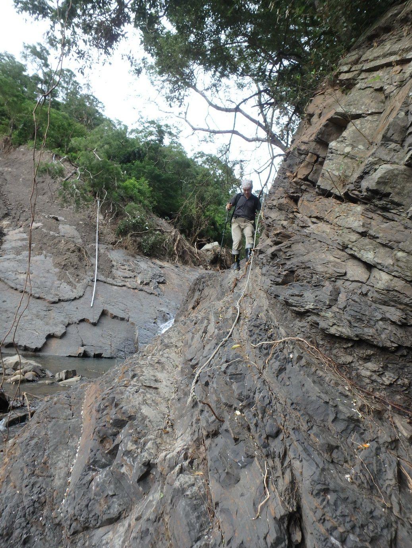 屏東里龍山森林步道主線被土石流沖毀。記者潘欣中/翻攝