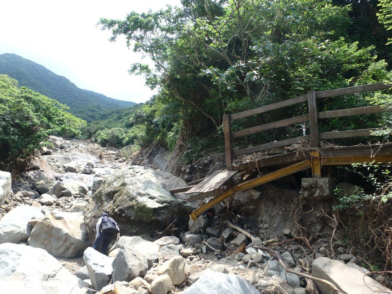 屏東里龍山森林步道竹坑入口處木棧道被土石流沖壞。記者潘欣中/翻攝