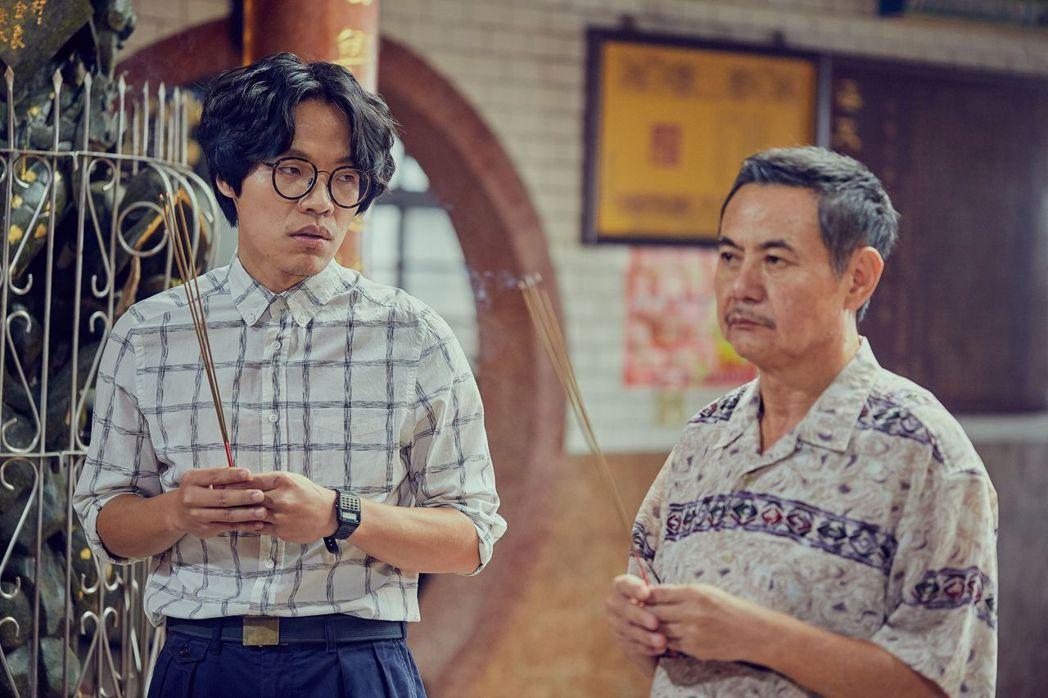 蔡振南(右)與盧廣仲的父子情延伸到戲外。圖/台視提供