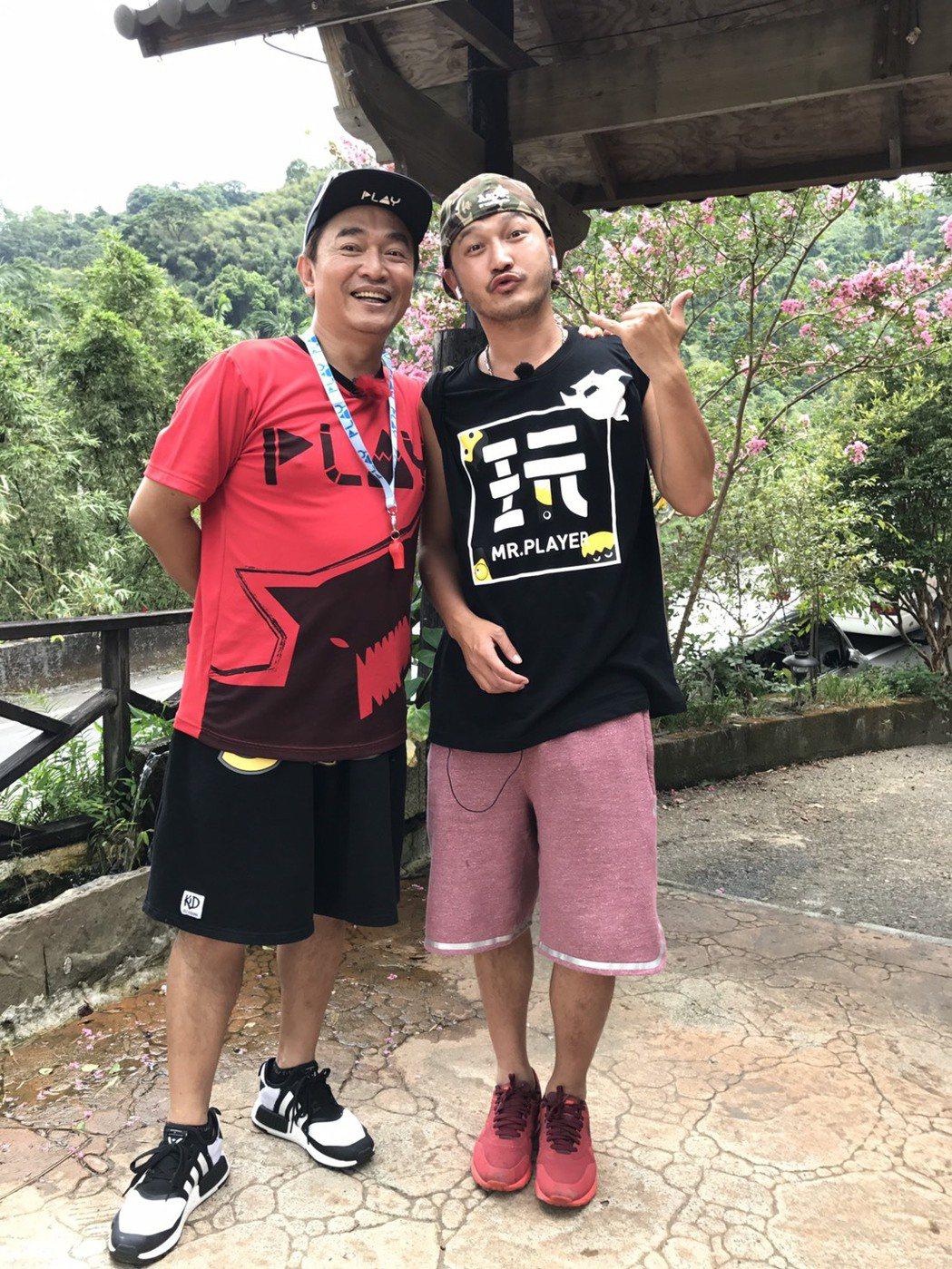 Kid(右)因為吳宗憲,終於可以走金鐘獎紅地毯,開心說要脫光光。記者葉君遠/攝影