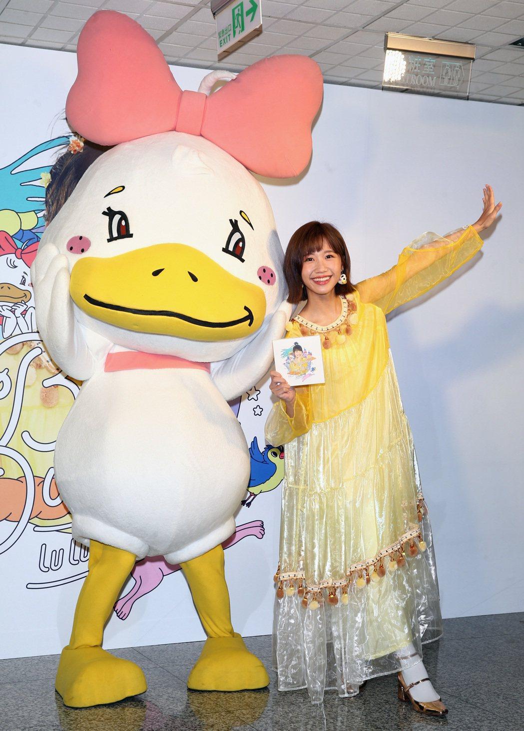 LuLu(圖)帶著剛出爐的新專輯「美小鴨」送恩師黃子佼。記者蘇健忠/攝影