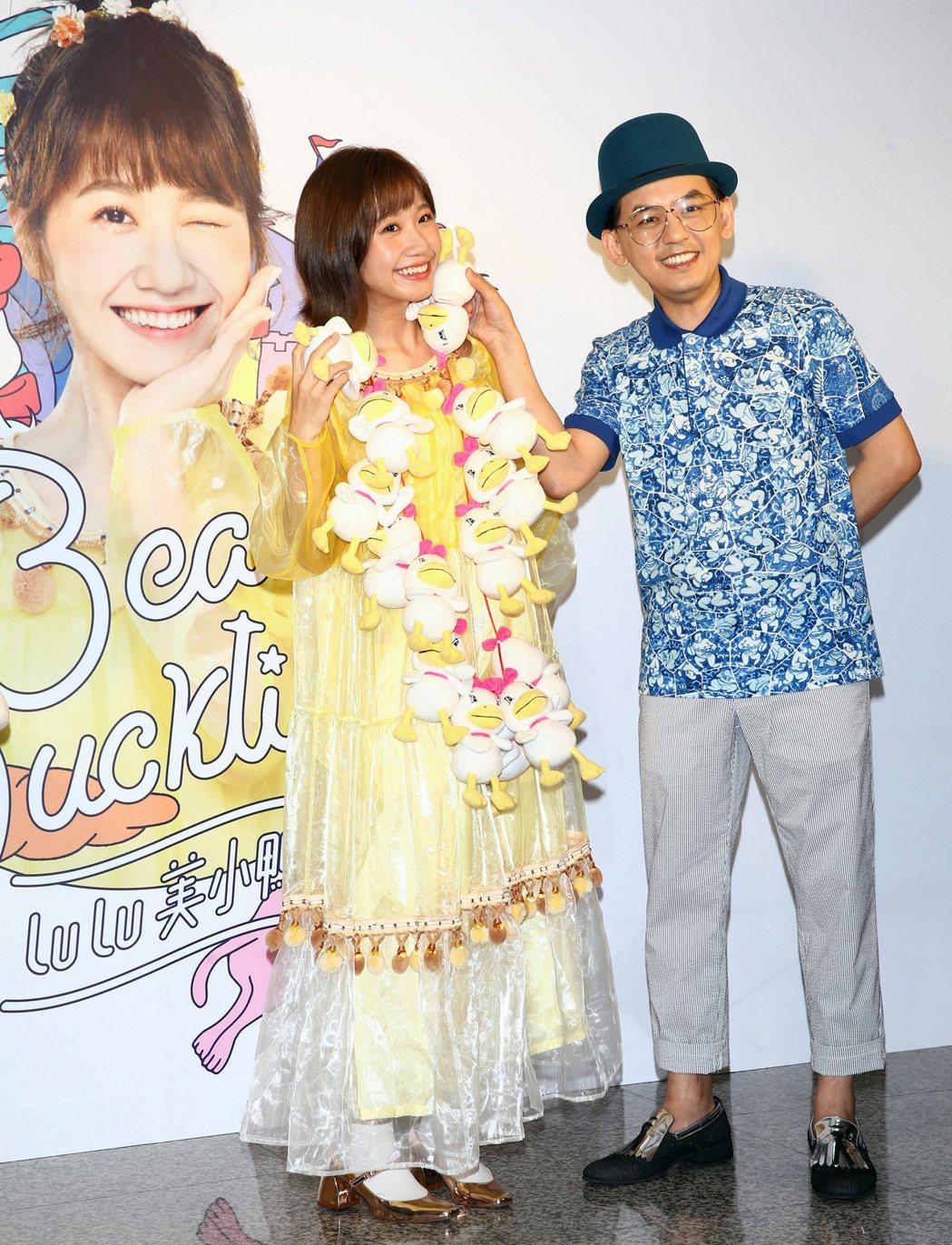 LuLu(左)帶著剛出爐的新專輯「美小鴨」送恩師黃子佼(右),黃子佼則回贈特製的...