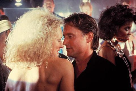 30年前全球正面臨愛滋流行的恐慌中,歐美民眾的性觀念轉趨保守,堅信潔身自好才能遠離愛滋的陰影,好萊塢也推出了講述「一夜情」帶來恐怖後果的電影「致命的吸引力」,立刻成為全美熱門話題,上映首周就榮登北美...