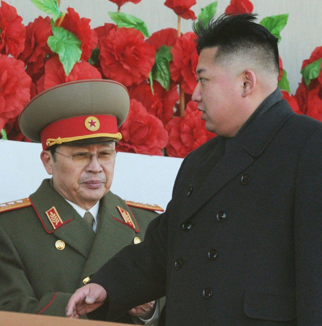 北韓領導人金正恩(右)與姑丈張成澤(左)。 (路透)