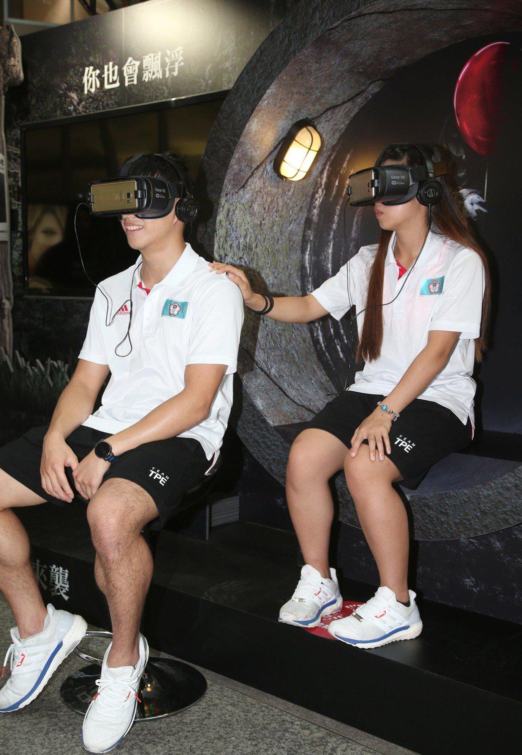 恐怖電影「牠」宣傳,邀請世大運奪牌國手觀賞 VR影片。記者陳瑞源/攝影