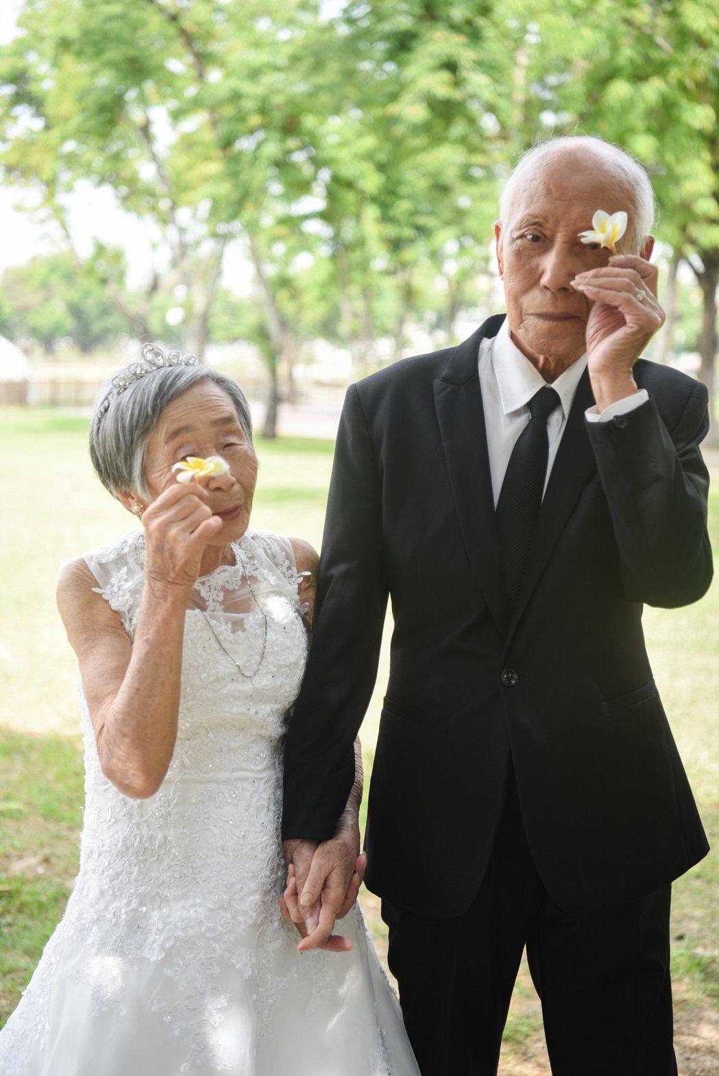 96歲鄒超宏、88歲劉競雄夫婦。平時坐在輪椅上的爺爺,拍婚紗這天堅持站起來牽著太...