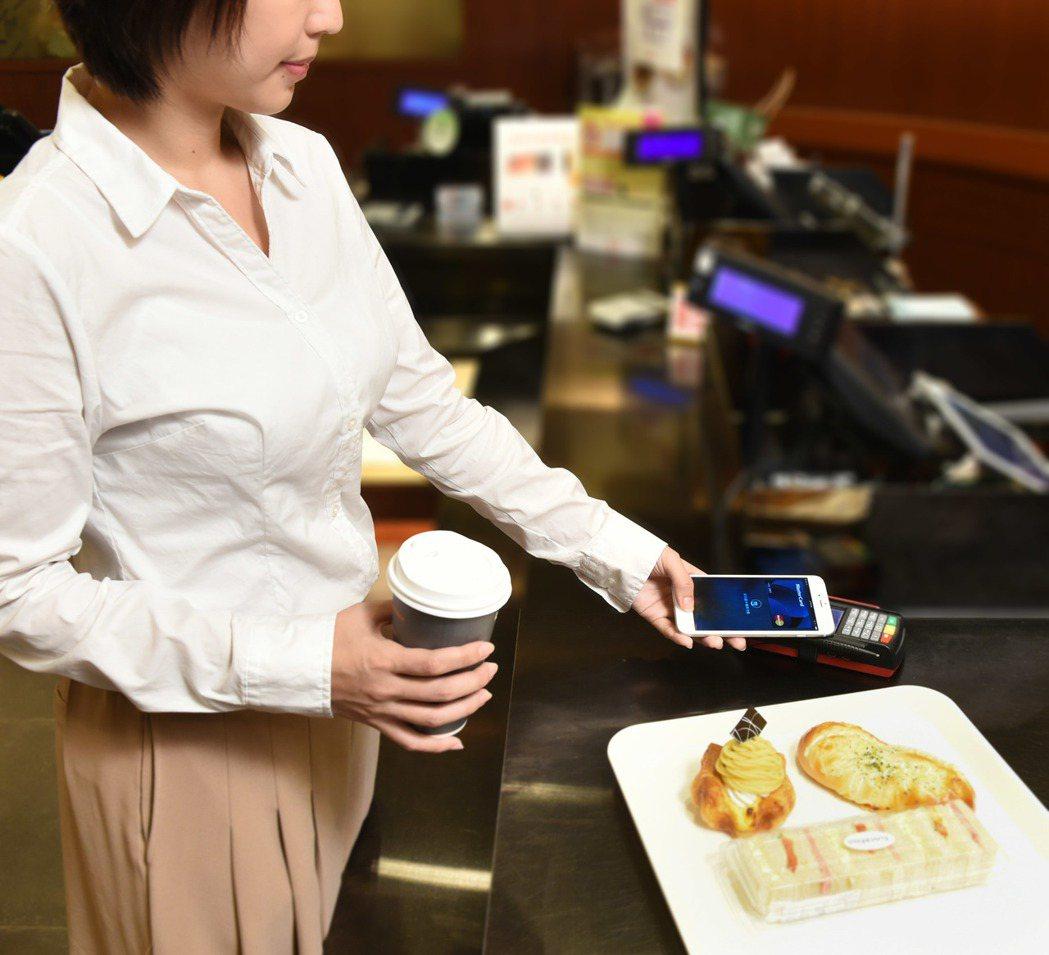 銀行提醒持卡人,不管是使用行動支付或傳統支付,都要妥善保管個人卡片或手機。 圖/...