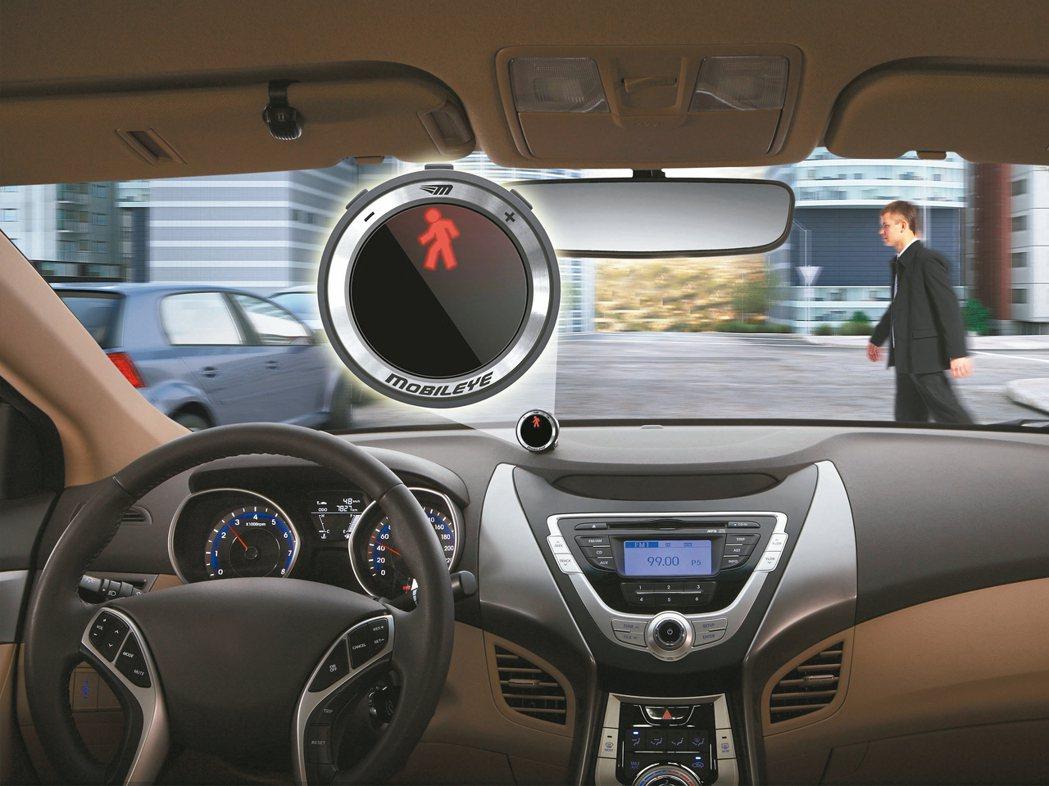 自動駕駛強調開車主體是「人」,自動輔助系統藉由鏡頭、感應器回報資訊,包括車道...