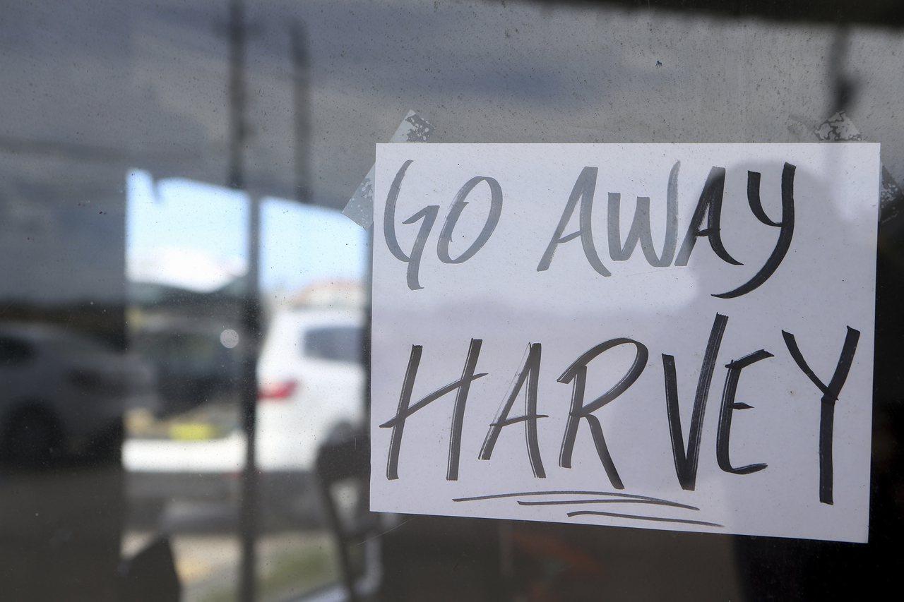 「哈維不要來!」強烈颶風哈維25日晚或26日晨將在德州東南沿海地區登陸,居民紛紛...