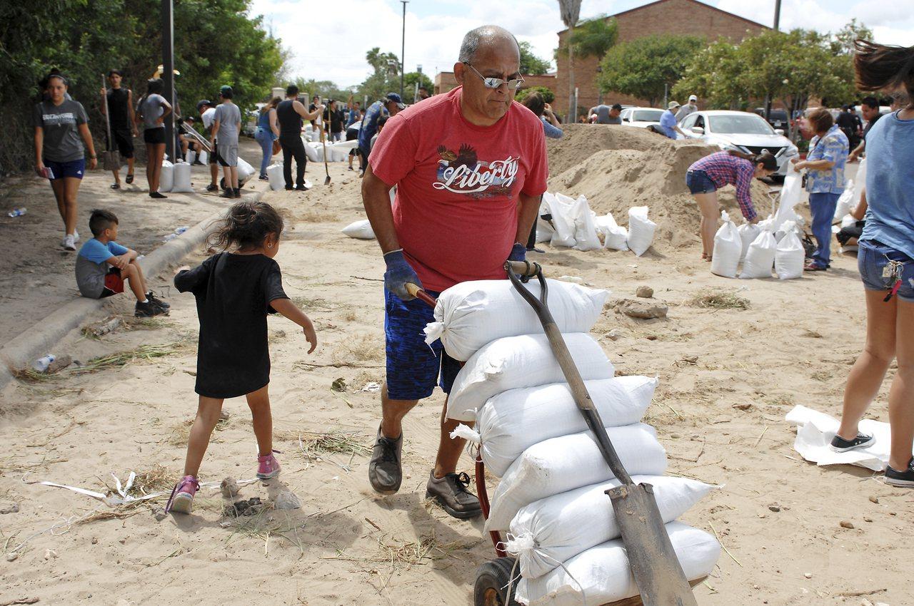 強烈颶風哈維25日晚或26日晨將在德州東南沿海地區登陸,居民紛紛採取預防措施。美...