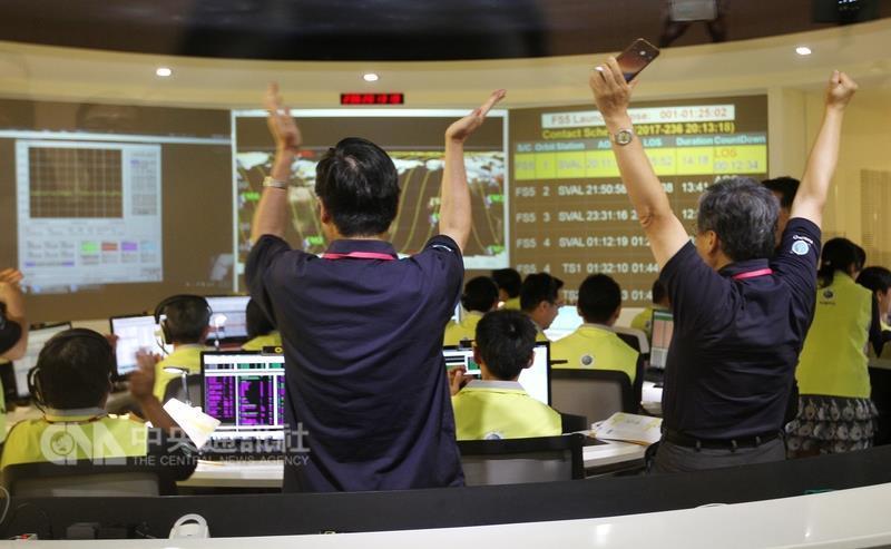 台灣第一枚自主研製的衛星福衛五號,台灣時間25日凌 晨2時50分在美國加州發射升...