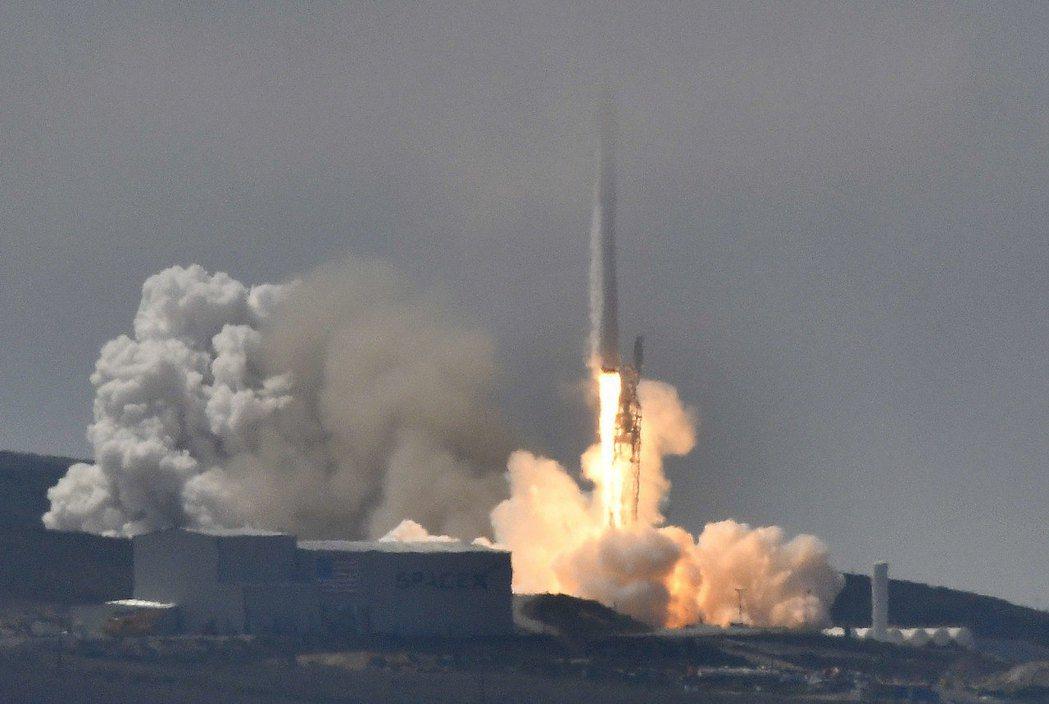福衛五號在美國加州成功發射。 美聯社