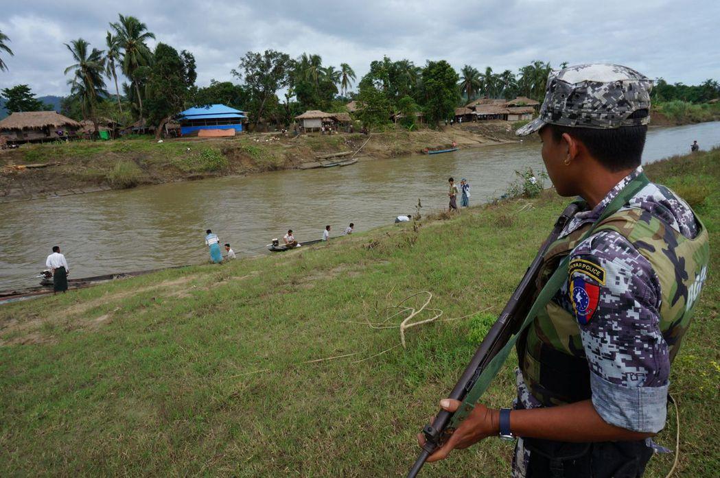 緬甸軍方表示,好戰分子在若開邦(Rakhine State)對24個派出所與一個...