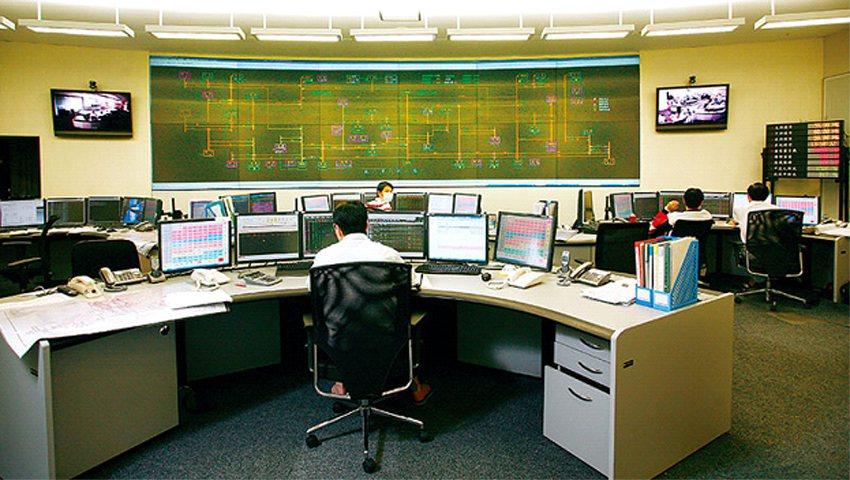 8/15下午,台電調度中心牆面顯示全台電廠發電狀態的大螢幕上,大潭電廠發電量突然...