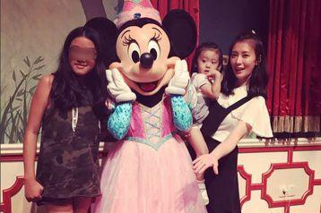賈靜雯的大女兒梧桐妹在IG,不時會分享與妹妹咘咘、Bo妞的照片,最近還分享一家人到上海迪士尼遊玩的照片,讓她大讚是美好的一天。梧桐妹24日在IG上分享到上海迪士尼樂園遊玩的照片,並寫道:「我們去上海...