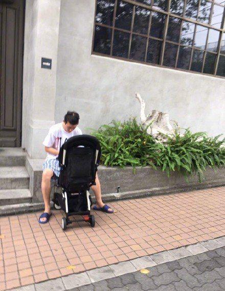 陳冠希在日本被拍到「遛」女兒。圖/摘自微博