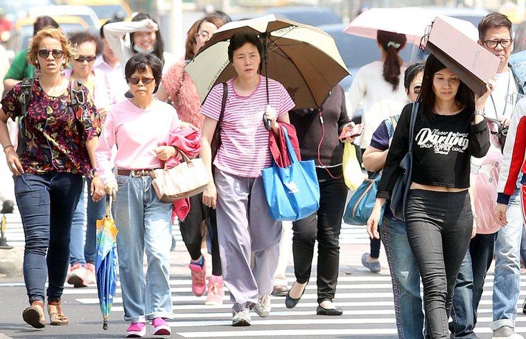 今年8月,台北市連續10天以上最高溫超過36度,打破氣象局成立120年來紀錄。 ...