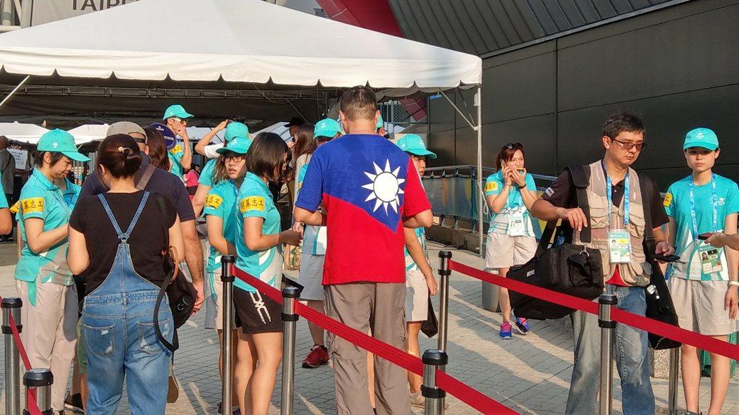 國旗太敏感,民眾參加世大運開幕式,乾脆穿「國旗裝」進場。 記者楊正海/攝影