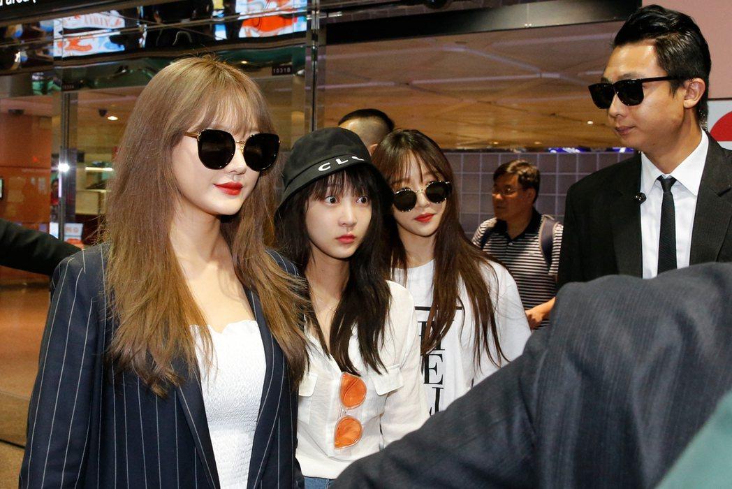 韓國女團「EXID」中午搭乘OZ-711班機抵達桃園機場,四人一下飛機就有粉絲在...