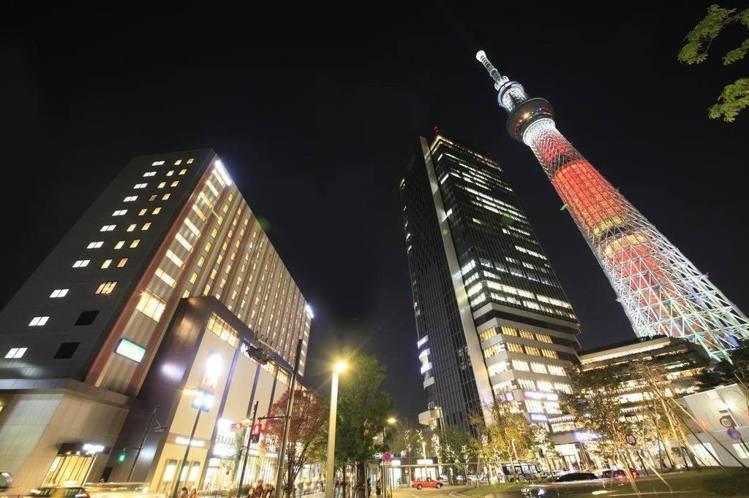 東京押上普瑞米爾里士滿飯店位於晴空塔旁,可盡覽夜景炫麗。圖/HotelsComb...