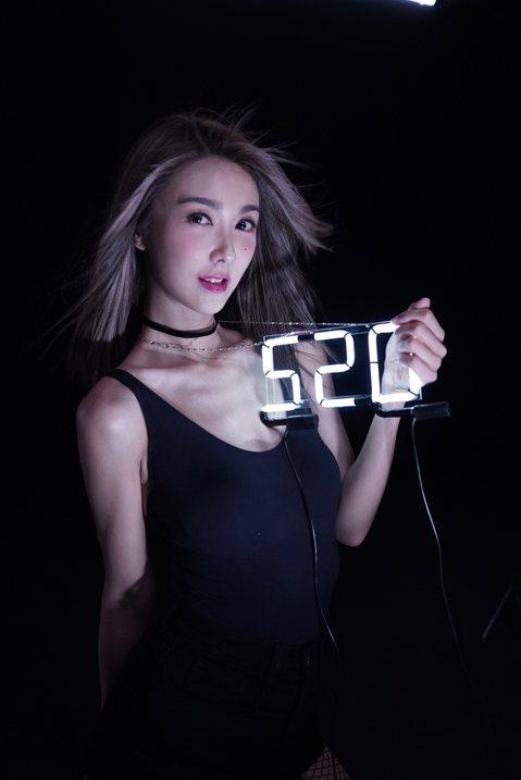 香港歌手薛凱琪7年不見,帶著新作重返台灣歌壇,在七夕唱好朋友方大同寫的甜蜜「520」。等待7年,終於要再度推出國語專輯,薛凱琪說:「6、7年前,我一句國語都聽不懂也不會說,那時為了發片來台住了10個...