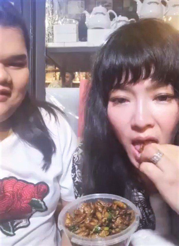 唐綺陽在寶拉的建議下吃蟲。圖/亞洲旅遊台提供