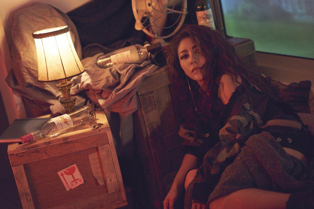 艾怡良在MV中耍帥,結果熱中暑多日未痊癒。圖/索尼提供