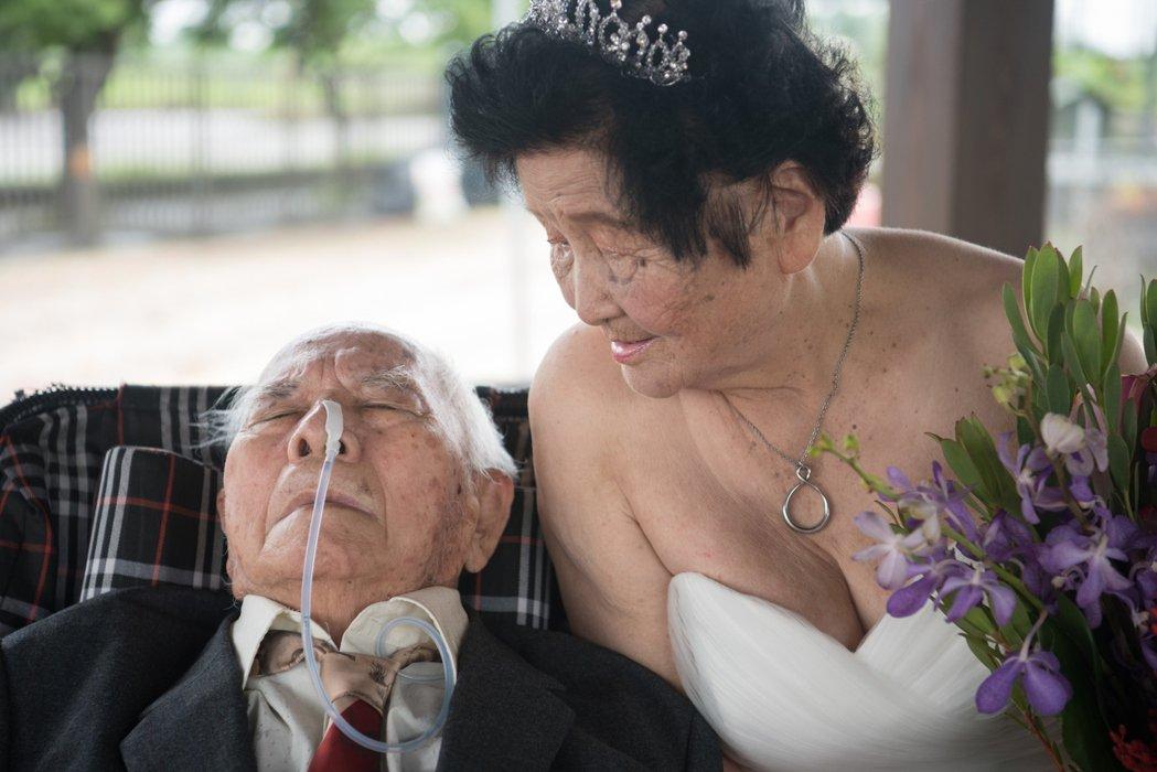 住在嘉義大林的江石珠、江曾朱素燕夫婦鶼鰈情深,爺爺已經失智住在安養中心,奶奶每天...