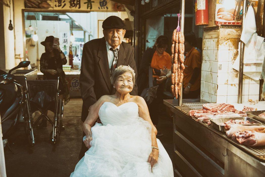 90多歲的廖振興、廖陳美屘夫妻在台中西屯市場2樓住了30年,獨子早逝,奶奶目前患...