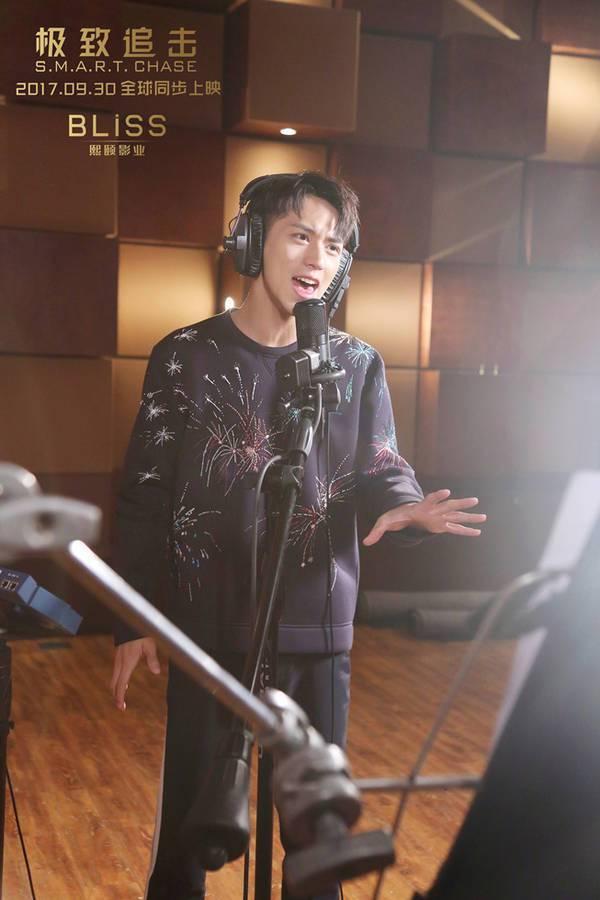 「極致追擊」主題曲「時光之墟」由周董作曲,許魏洲填詞兼演唱。圖/摘自新浪娛樂
