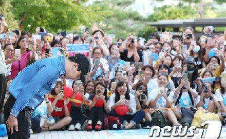 朴有天向現場200名迎接粉絲鞠躬表達感謝與歉意。圖/摘自NEWSO